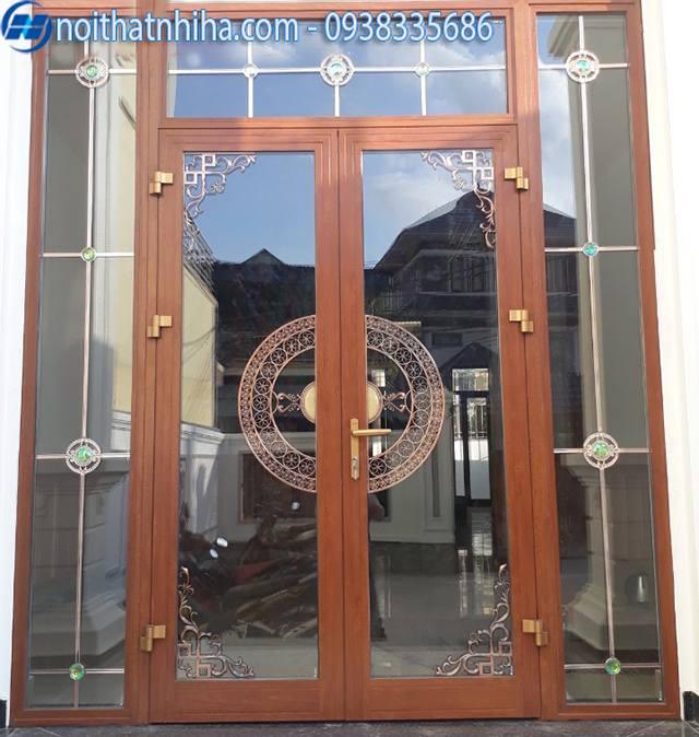 cửa nhôm xingfa màu vân gỗ có lan trang trí sang chảnh