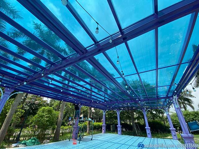 Mái kính che bể bơi màu sắc rực rỡ