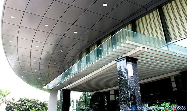 Mái kính cường lực che sảnh kết hợp với hệ mái alu cho sảnh nhà cao tầng