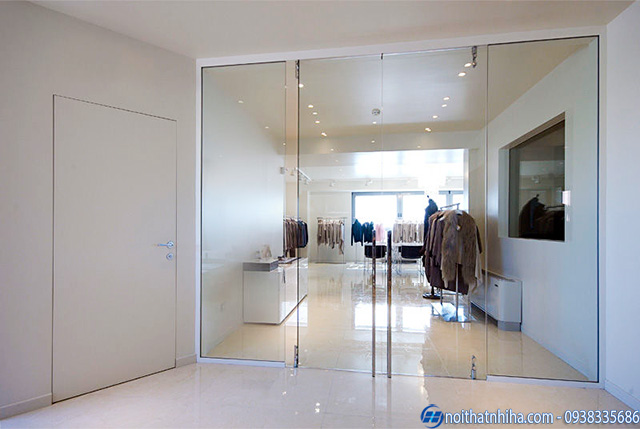 Mẫu cửa kính cường lực 2 cánh mở quay cho shop quần áo