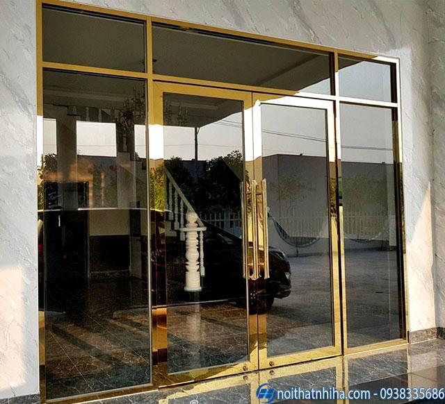 Mẫu cửa kính cường lực 2 cánh mở quay khung inox mạ vàng