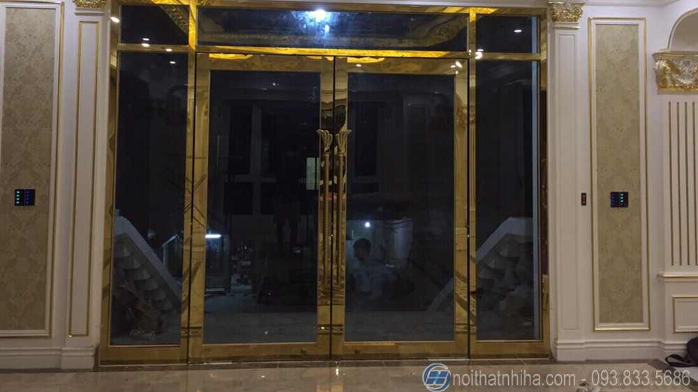 cửa kính thủy lực khung inox mạ vàng-2