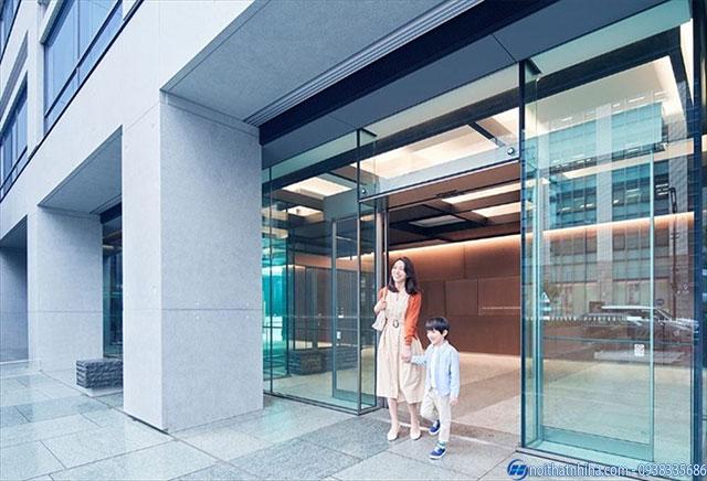 Hình ảnh cửa kính tự động đang bật chế độ cửa mở thường trực phù hợp với các công trình có nhiều người qua lại như siêu thị