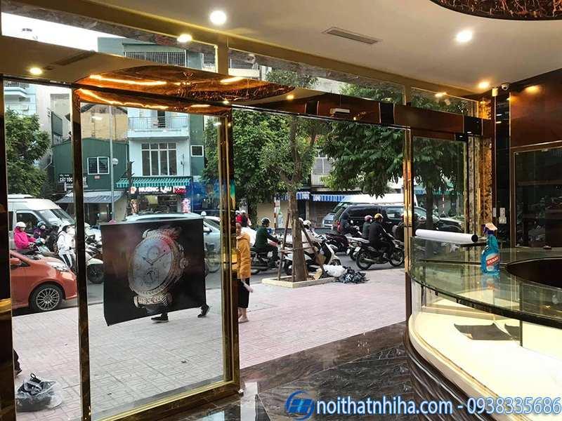 Cửa tự động khung inox vàng gương lắp đặt tại khách sạn sang trọng