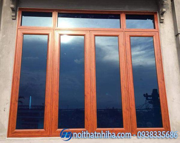 Cửa nhôm kính 4 cánh vân gỗ kính màu phản quang