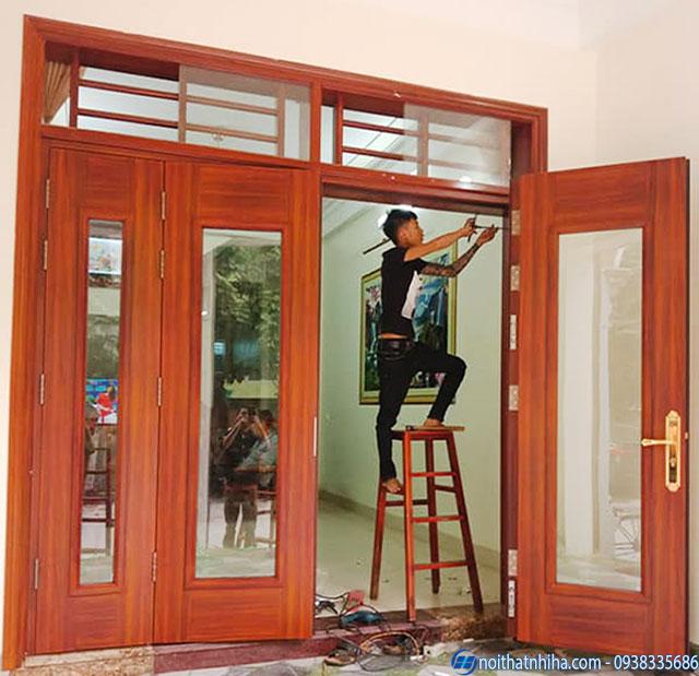 Hình ảnh lắp đặt cửa kính cường lực khung gỗ