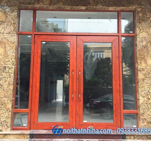 Mẫu cửa kính cường lực nhà ống khung nhôm màu vân gỗ