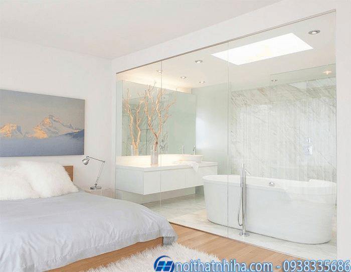 Phòng tắm kính trong phòng ngủ tông trắng tinh tế