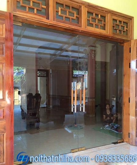 Mẫu cửa kính cường lực 2 cánh mở lùa kết hợp cửa gỗ bên ngoài