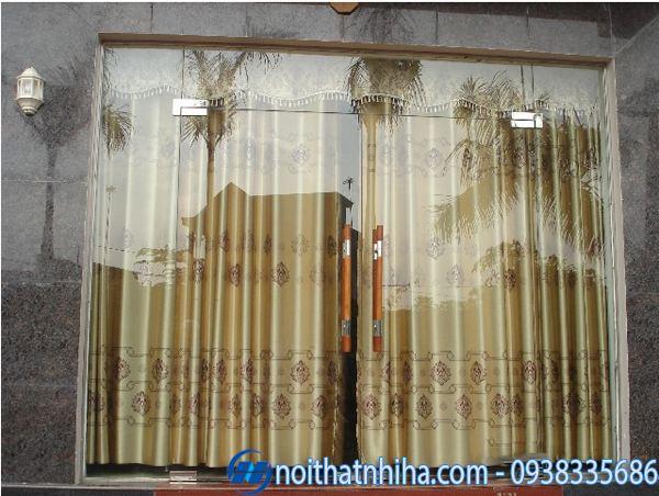 Mẫu cửa kính cường lực nhà ống kết hợp rèm vải
