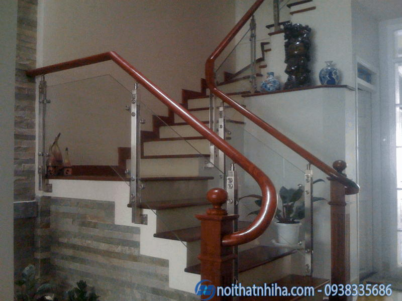 Cầu thang kính trụ sắt