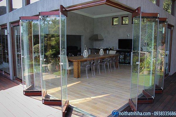 cửa kính lùa xếp gấp khung gỗ