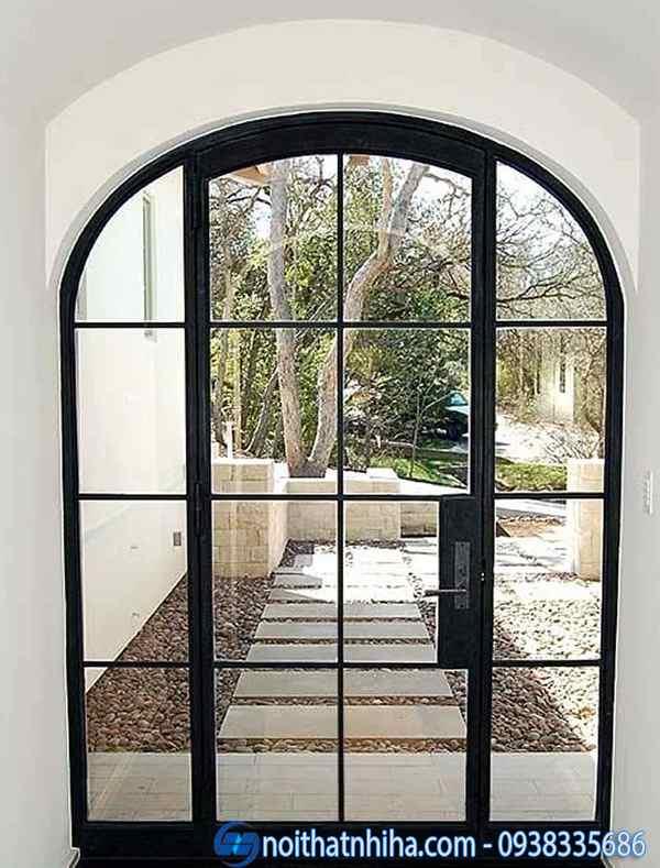 Mẫu cửa kính khung sắt đi ra sân vườn