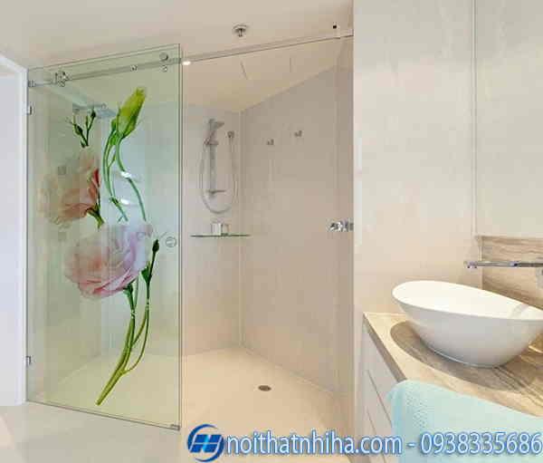 Phòng tắm kính hoa văn màu