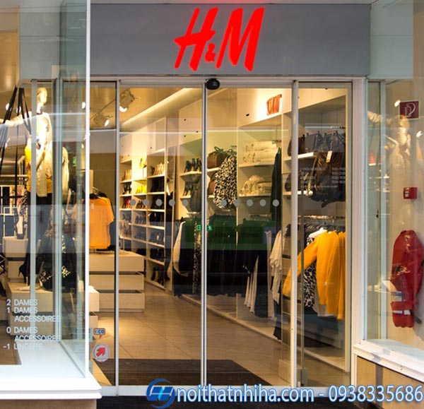 Cửa kính shop thời trang có khung 1