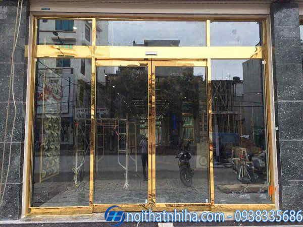 Cửa kính mặt tiền khung inox vàng gương