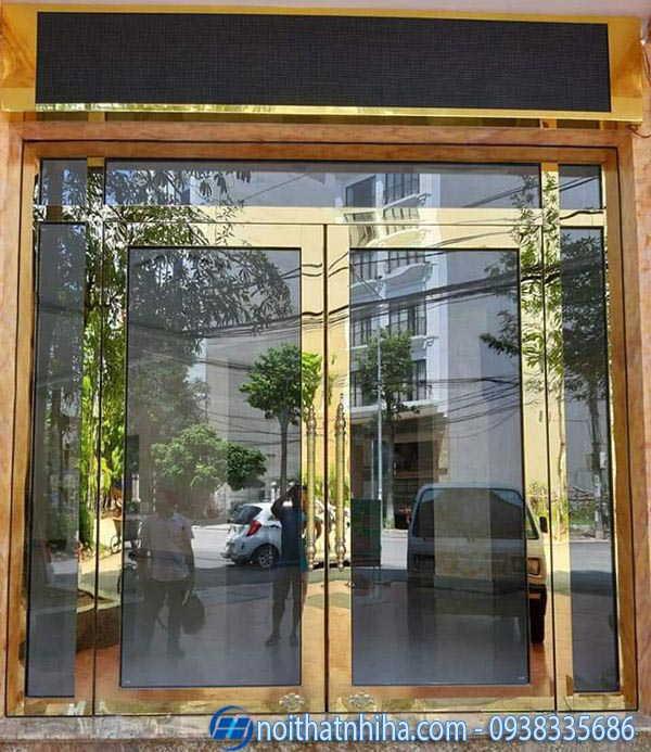 Lắp đặt cửa kính khung inox vàng gương