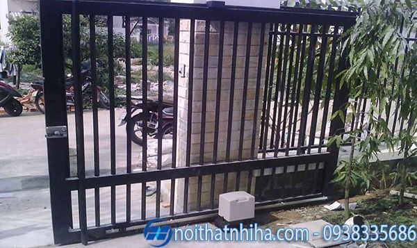 cổng sắt lùa 1 cánh màu đen