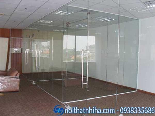 Cửa kính bản lề sàn chia phòng chức năng làm việc