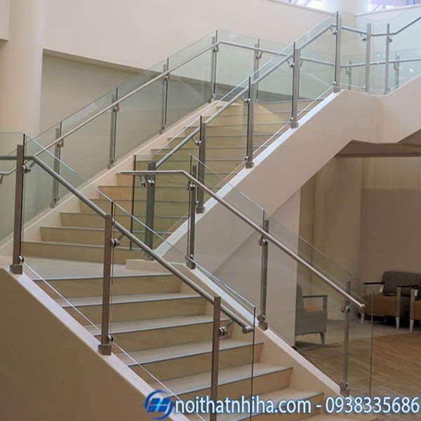 cầu thang kính đẹp hiện đại có trụ và tay vịn inox
