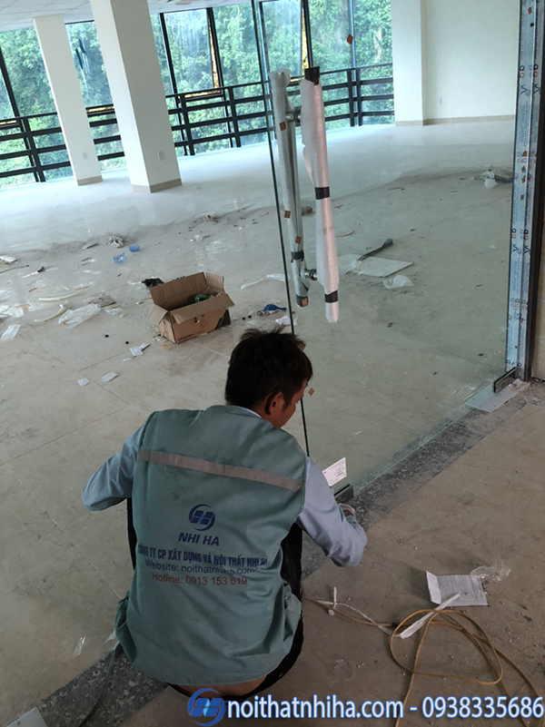 Lắp đặt cửa kính cường lực văn phòng