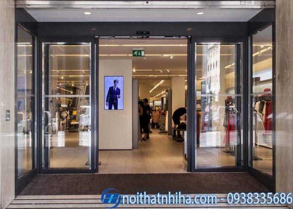 Cửa kính shop thời trang có khung
