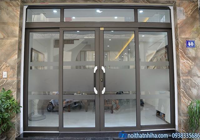 Mẫu cửa nhôm kính phòng khách thiết kế trượt quay đẹp