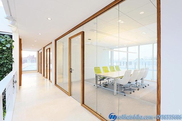 Vách kính khung gỗ lắp đặt cho văn phòng đẹp sang trọng