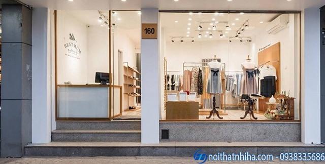 Vách kính khung gỗ sử dụng cho mặt tiền cửa hàng showroom