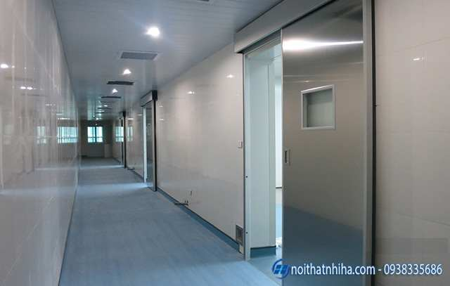 Cửa tự động bệnh viện thường được sử dụng chất liệu inox với ô kính có thể quan sát được trong