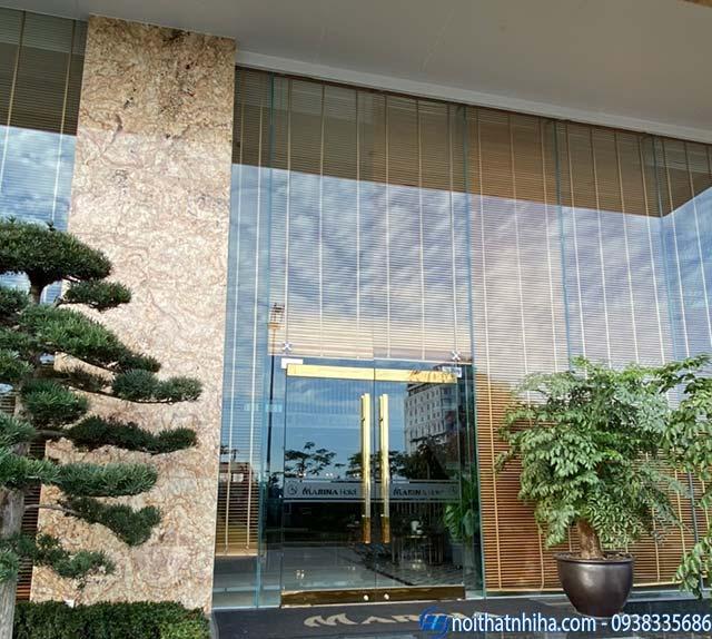 Mẫu cửa kính khung inox vàng gương lắp đặt cho mặt tiền khách sạn