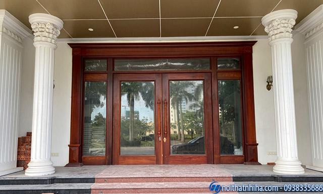 Cửa kính khách sạn sử dụng khung gỗ an toàn chịu lực tốt