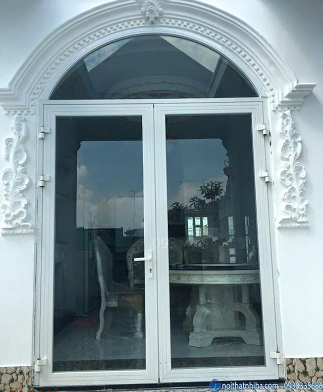 Cửa nhôm Xingfa uốn vòm màu trắng tinh tế