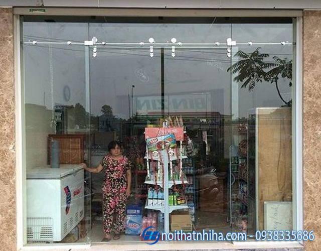 Cửa kính tại cửa hàng tiện lợi