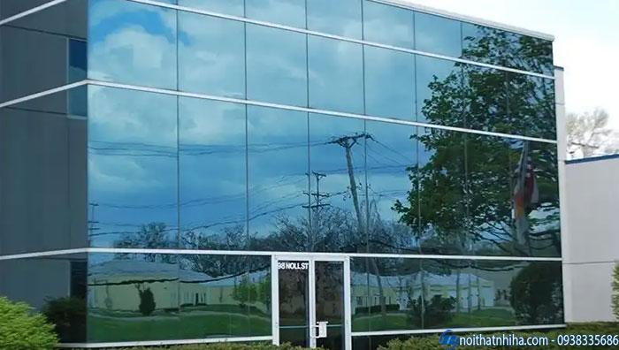 Kính phản quang phủ cứng được sử dụng cho vách mặt dựng.