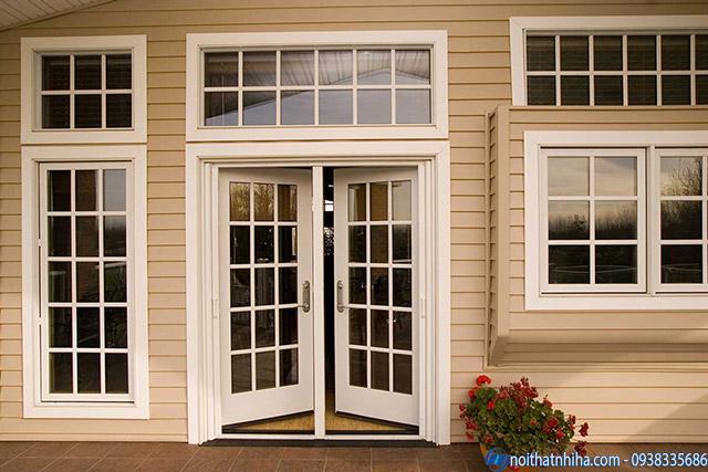 Mẫu cửa sắt 2 cánh kính cường lực màu trắng