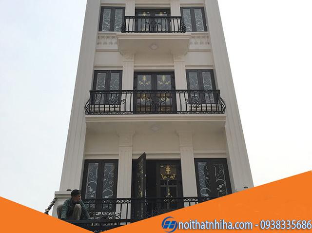 Mẫu cửa sổ ban công bằng nhôm xingfa có khung bảo vệ đảm bảo an toàn