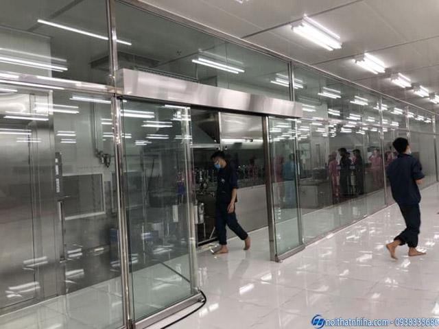 Vách kính khung inox kết hợp cửa tự động