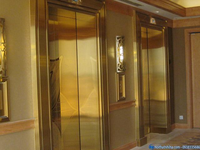 Công trình ốp tấm inox vàng gương cho thang máy